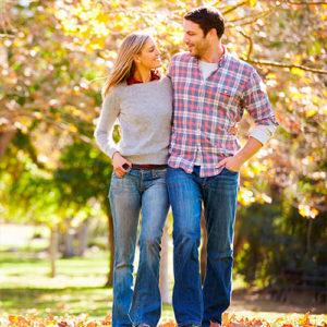 Девушка и парень идут вместе