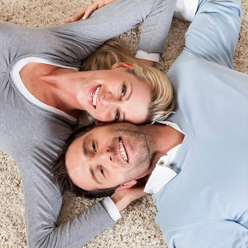 Девушка и парень лежат валетом