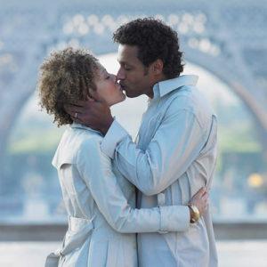 Девушка и парень целуются