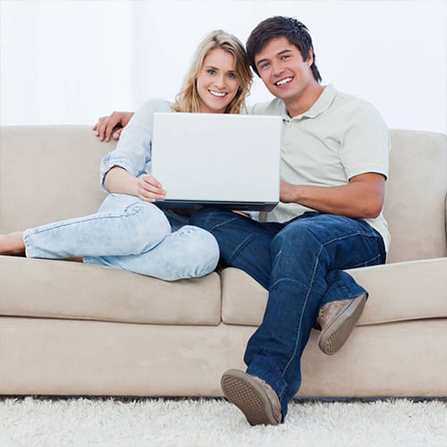 Девушка и парень сидят на диване