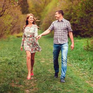Девушка и парень гуляют по лесной тропинке