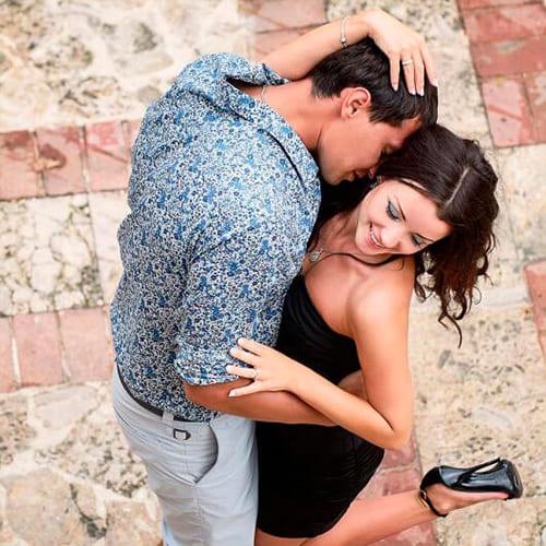 Девушка и парень обнимаются
